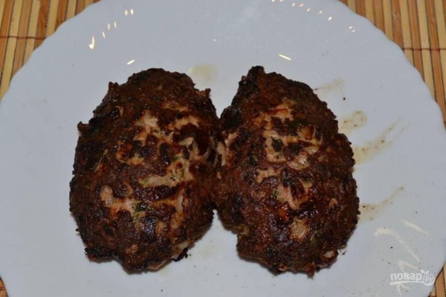 Влейте на сковороду растительное масло и хорошо ее раскалите. Затем выложите на нее котлетки и обжаривайте до коричневой корочки с каждой стороны. Подавайте их с гарнирами и своими любимыми соусами.
