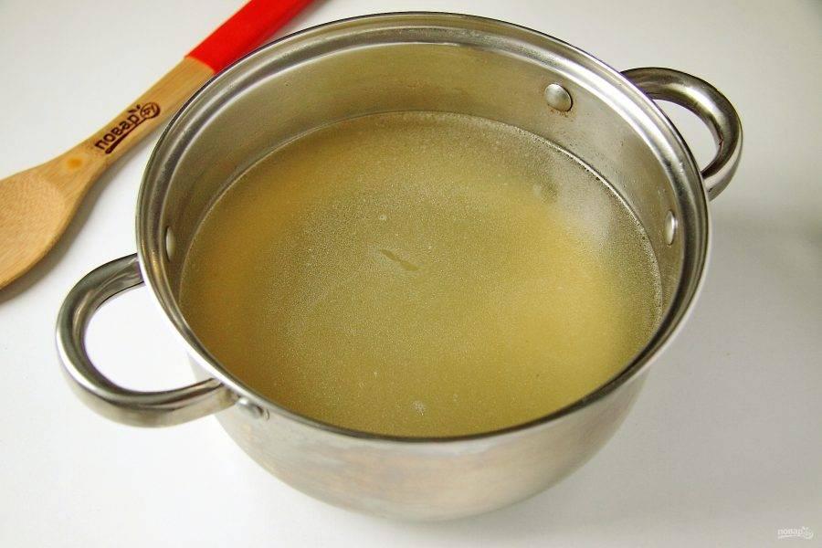 Когда мясо будет готово, процедите бульон и перелейте его обратно в кастрюлю.