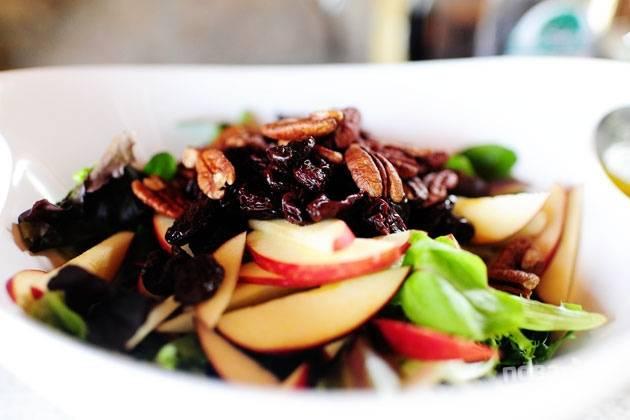 6. Добавьте яблоки, сыр, орехи и клюкву.
