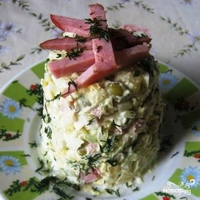 Перемешиваем все ингредиенты, солим и перчим, заправляем майонезом, посыпаем свежей зеленью. Салат с копченым окорочком готов!
