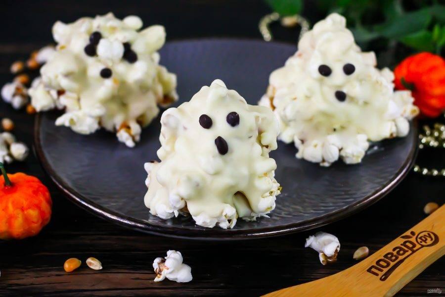 Остудите фигурки в холодильнике, чтобы шоколад и карамель отлично застыли. Затем подайте к столу на праздник.