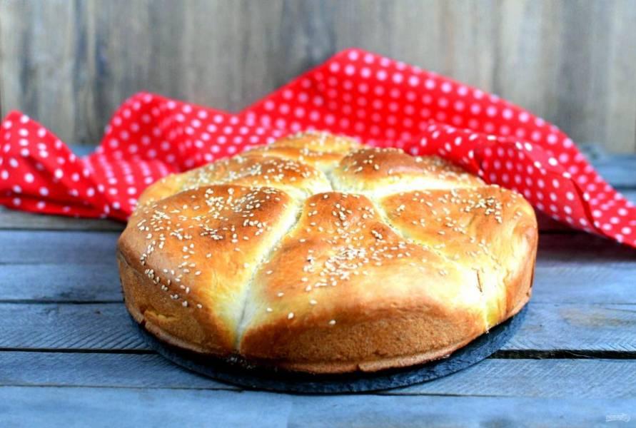 Подавайте пирог теплым.