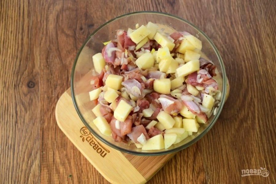 Мясо нарежьте средними кусочками по 2х2 см. Картофель - 1,5х1,5 см. Лук измельчите. Добавьте соль и перец по вкусу, перемешайте.