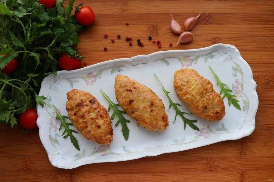 Духовку разогрейте до 220 градусов. Запекайте котлеты 12-15 минут. Подавайте котлеты по-могилевски с зеленью, салатом или классическим гарниром - отварным картофелем. Приятного аппетита!
