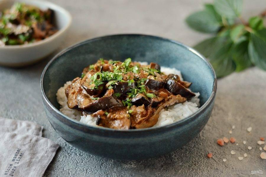 Перед подачей добавьте петрушку в блюдо. Карри из баклажанов готов, приятного вам аппетита!