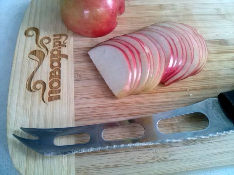 Нарежьте яблоки тоненькими ломтиками.