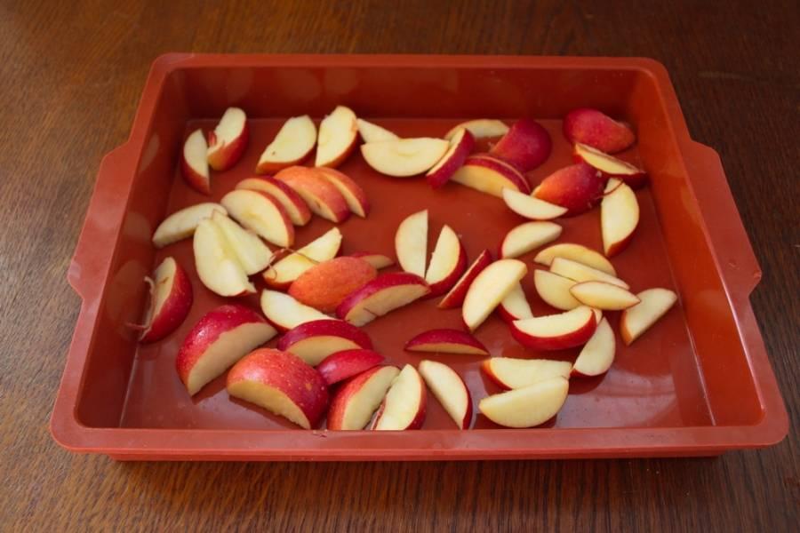 Яблоки вымыть. Срезать мякоть с кочана.