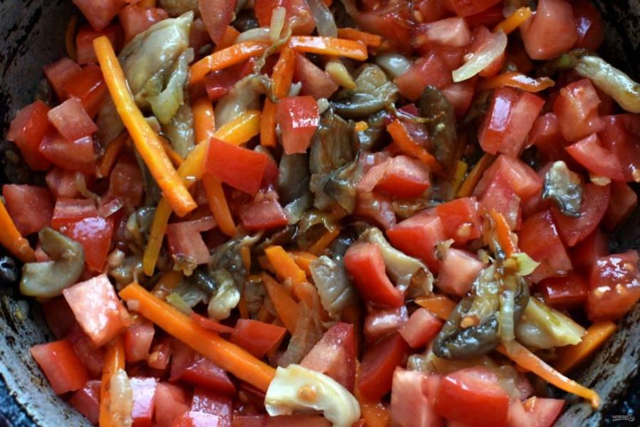 Добавьте помидоры, нарезанные кубиком и тушите на медленном огне минут 5, помешивая. Добавьте шинкованный зеленый лук, перемешайте и снимите с огня.
