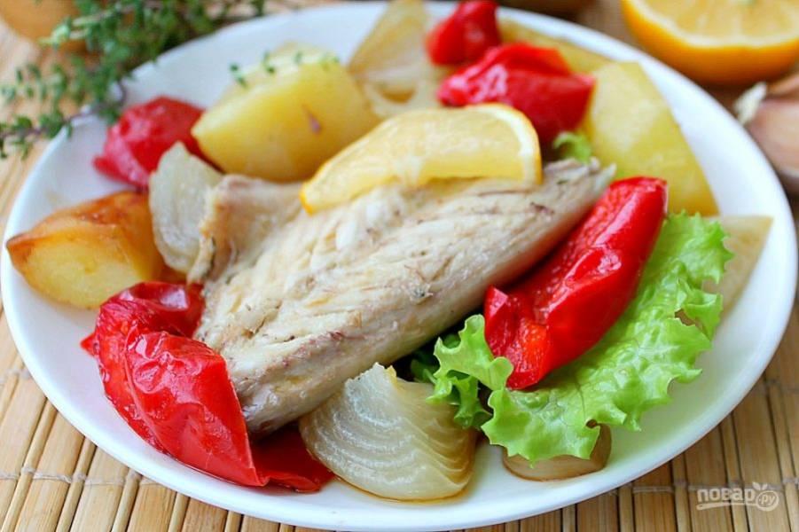Сбрызгиваем скумбрию соком лимона и подаем вместе с овощами. Приятного аппетита!