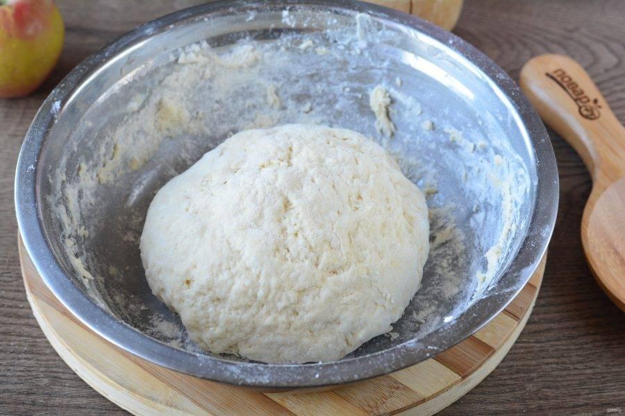 Замесите тесто, отправьте в холодильник на 15-20 минут.