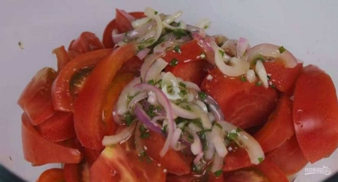 2.  Измельчите листья мяты и добавьте к остальным ингредиентам. Нарежьте помидоры крупными пластинами. Добавьте заправку и тщательно перемешайте.