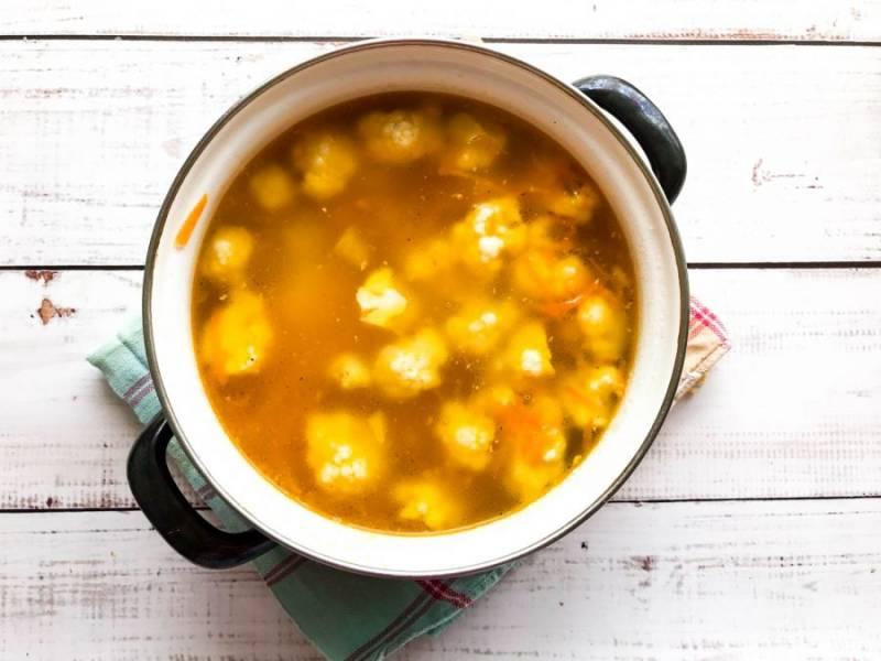 Выложите жареные овощи, перемешайте и варите суп еще 10 минут.