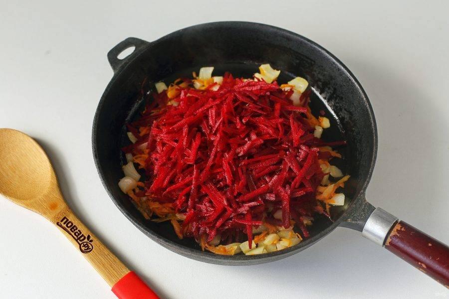 Обжарьте овощи до мягкости и добавьте тертую на крупной терке свеклу.