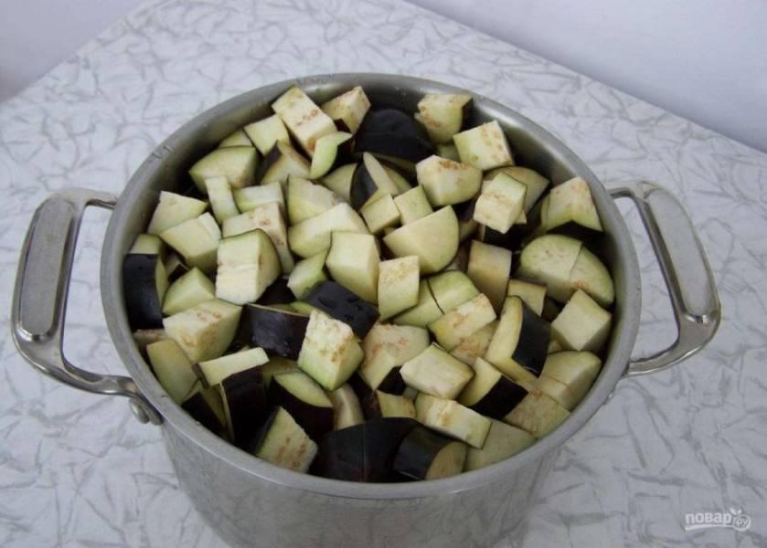 В кипящий маринад переложите баклажаны. Вновь доведите воду до кипения.