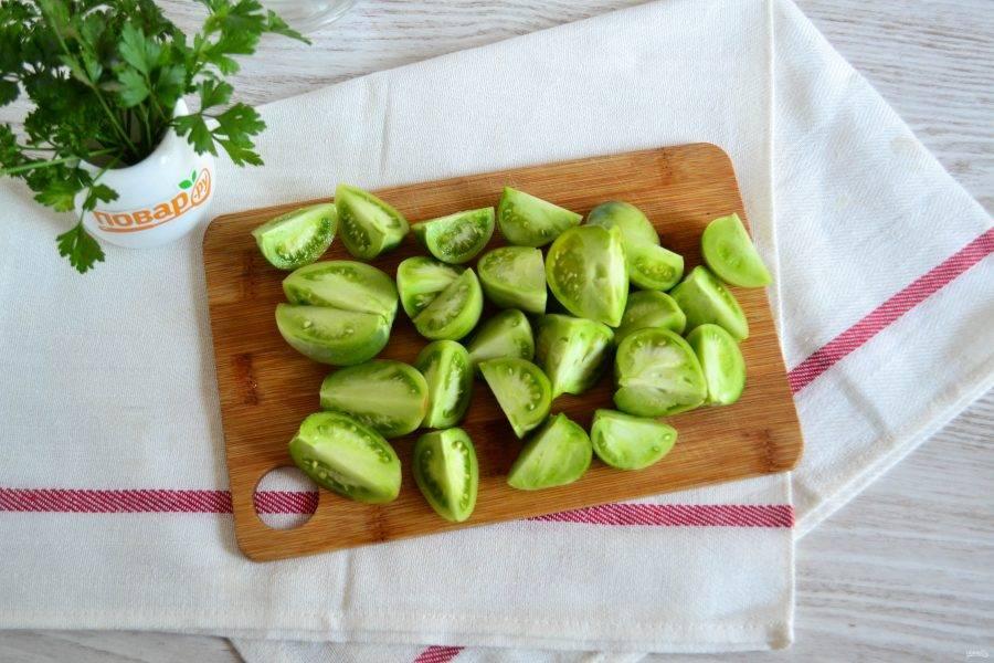 Зеленые помидоры порежьте на 4 части.