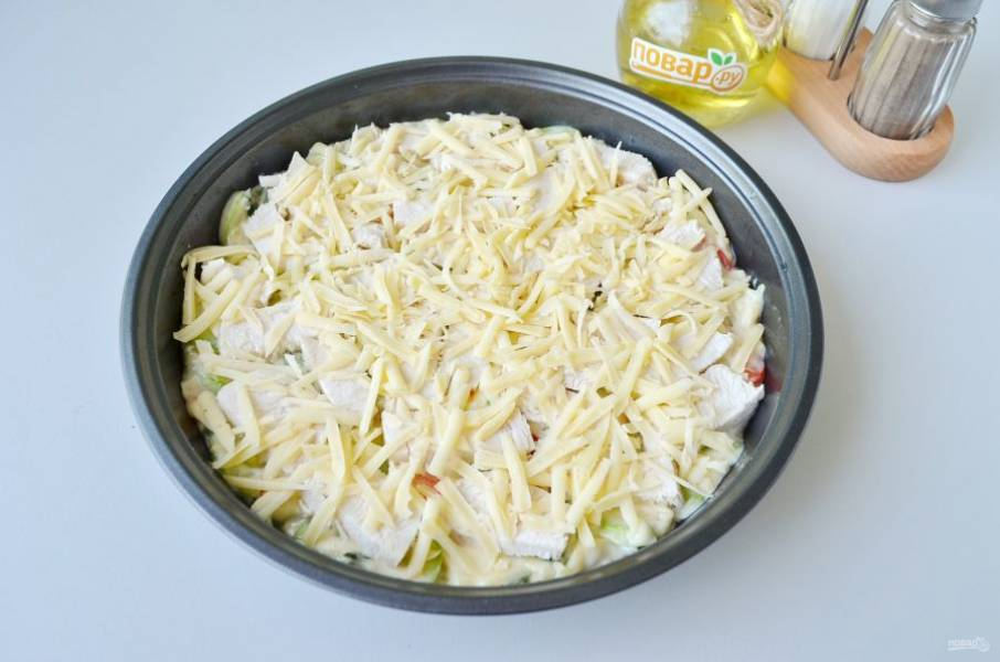 9. Сверху распределите вареную курицу, оставшийся сыр.