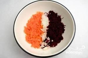 Мелко нарежьте лук. Смешайте его с морковью и свеклой. Потом всыпьте манку и кунжут. В эту же миску натрите картофель и порезанный чернослив. Всё посолите и перемешайте.