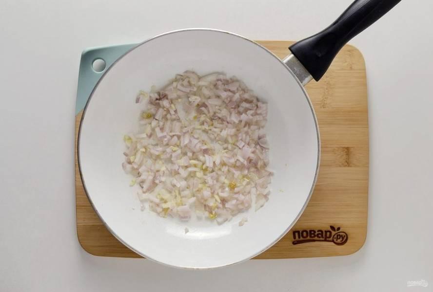 В сковороде обжарьте имбирь, измельченный чеснок и репчатый лук.