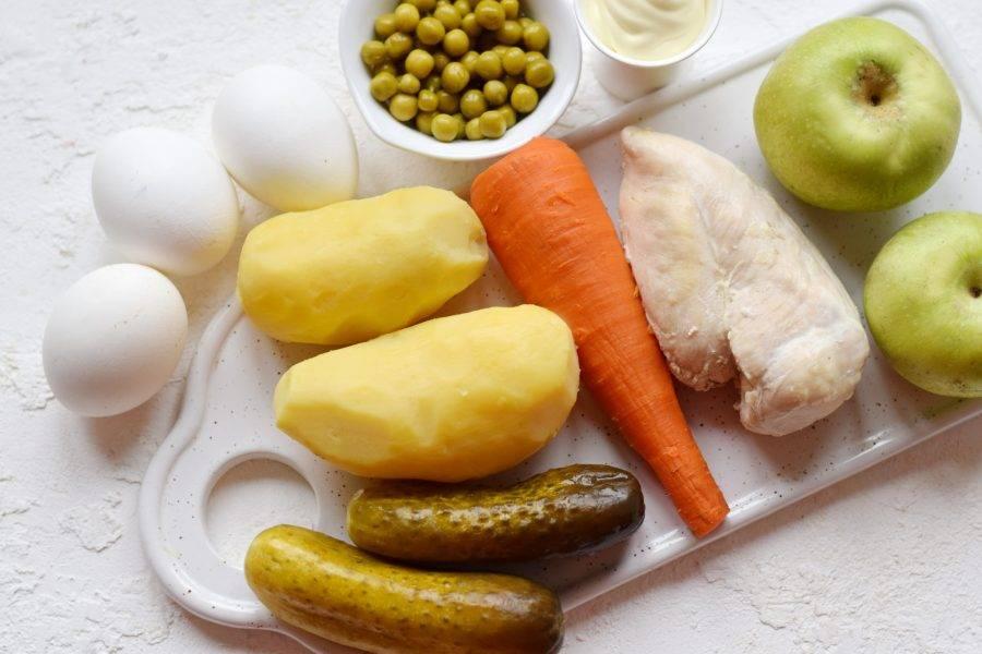 Подготовьте необходимые ингредиенты. Заранее отварите все овощи (картофель, морковь).