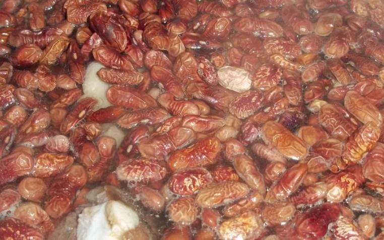 Заливаем фасоль и мясо холодной водой и варим до готовности (примерно 2 часа).