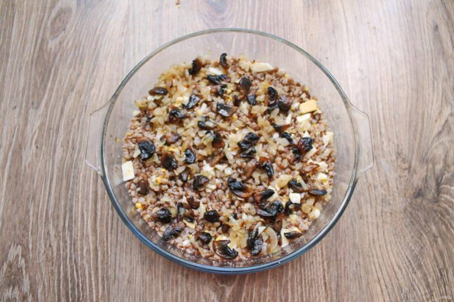 Разложите обжаренные грибы на гречневом слое.