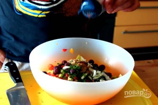 Приправьте салат молотым острым перцем, солью и сахаром.
