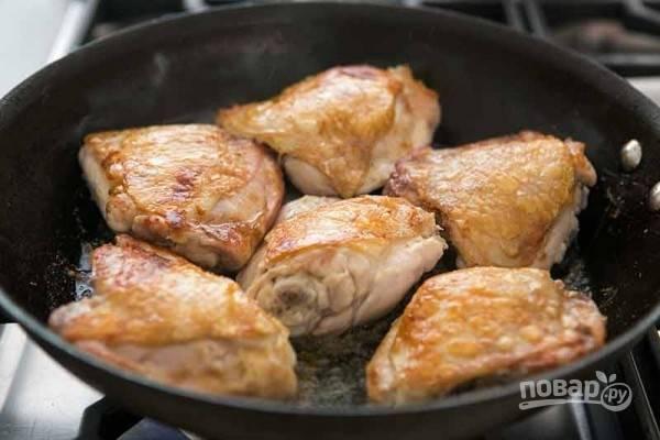 2.Обжарьте со всех сторон до золотистой корочки. Переложите мясо в тарелку, а сковороду верните на огонь.