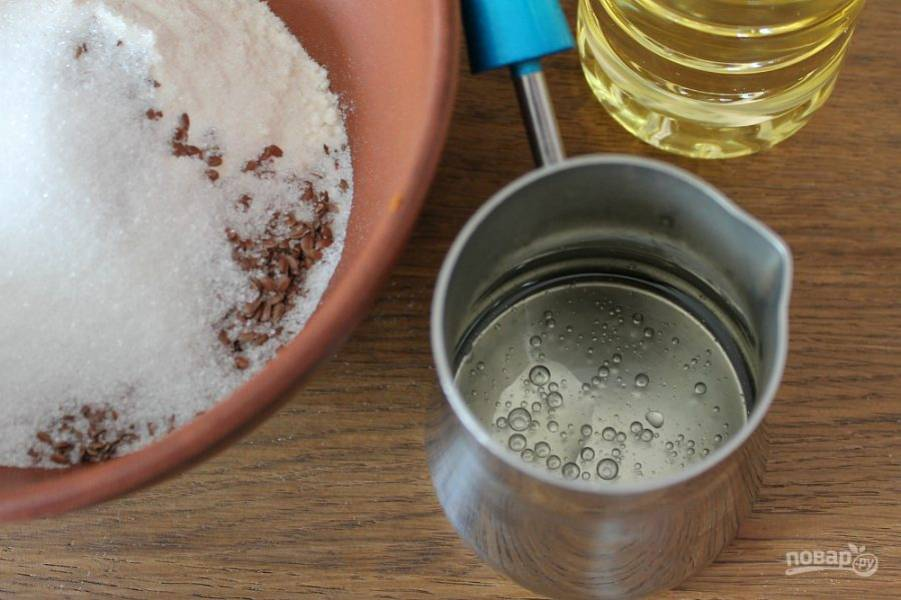 Соединяем масло с водой и доводим до кипения.