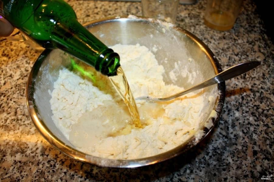 2. Дальше добавим пиво и перемешаем. Если хотите сладкое печенье - добавим сахар. если соленое - соль по вкусу.