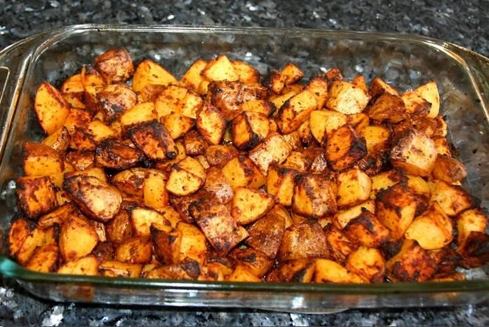 7. Когда картошечка поджарится и станет мягкой, форму можно достать из духовки.