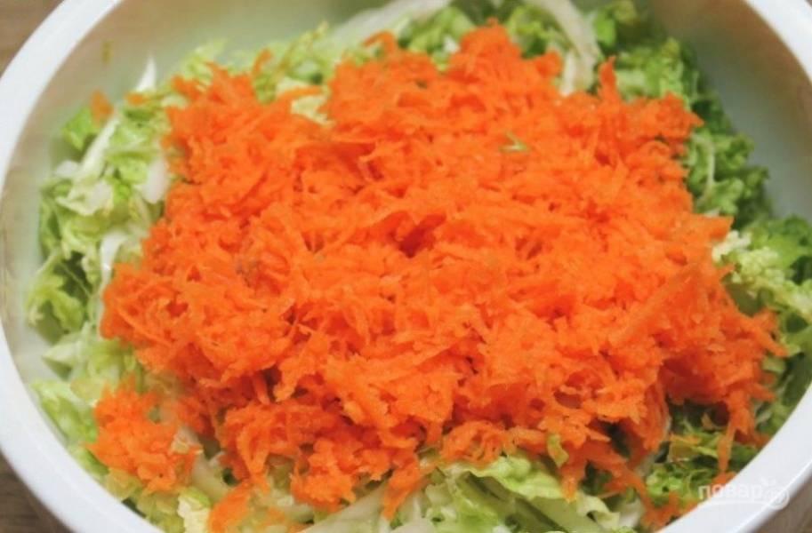 Морковь потрите на мелкой терке.