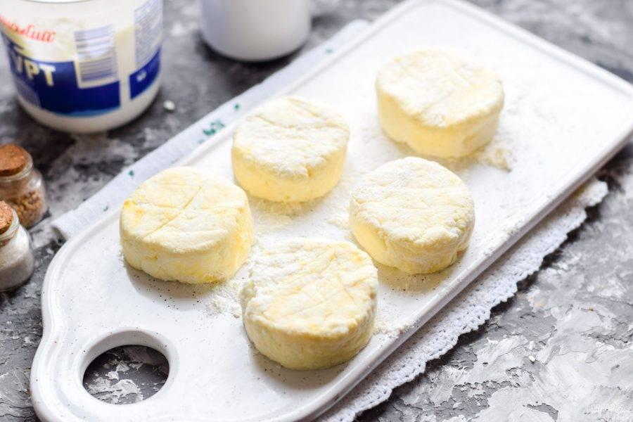 Сформируйте небольшие по размеру сырники.