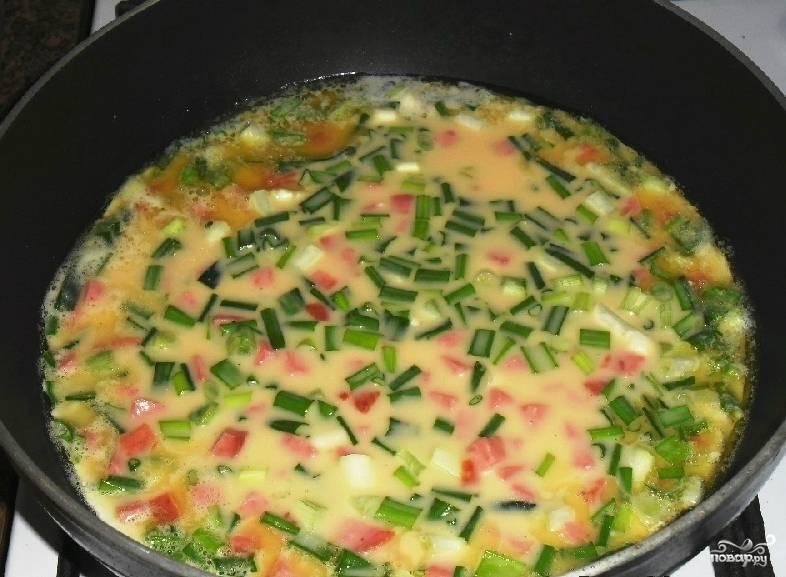 Теперь берем сковородку. Ставим ее на огонь и бросаем в нее кусок сливочного масла. Конечно, подсолнечное тоже подойдет. Но на сливочном вкус куда нежнее. Затем выливаем омлетную смесь в сковородку и накрываем крышкой.