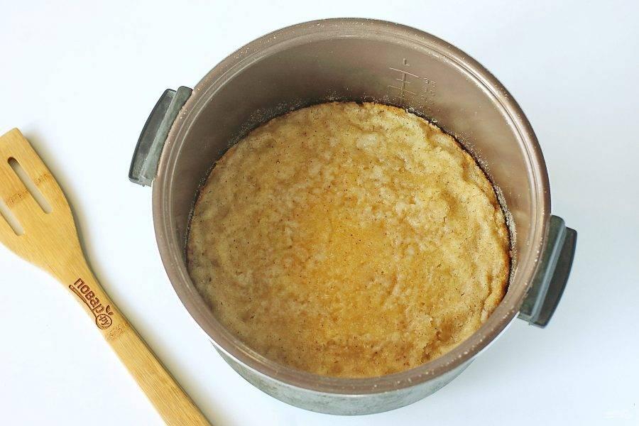 Насыпной яблочный пирог готов. Дайте ему немного остыть, затем нарежьте и подавайте к столу.