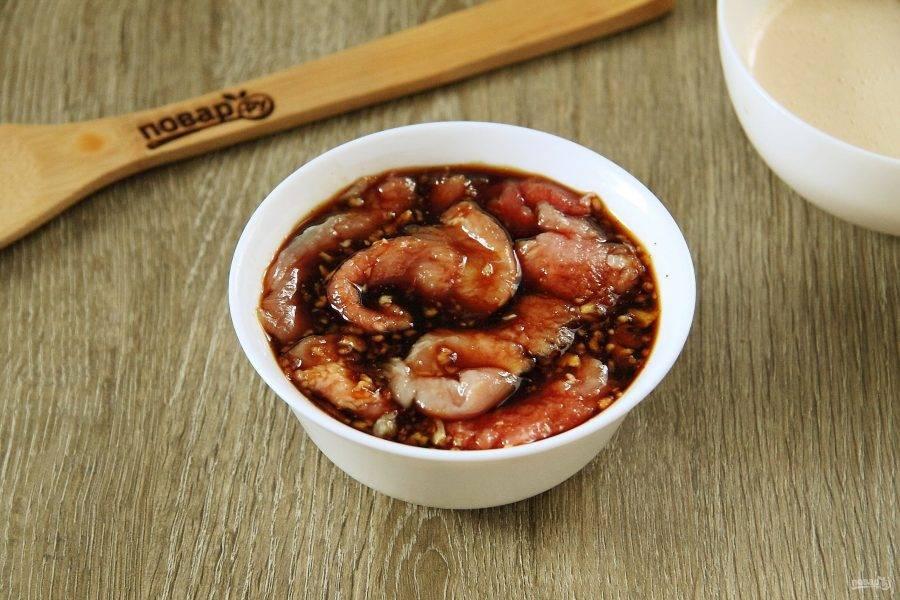 Хорошо разогрейте сковороду. Опустите поочередно отбитые кусочки мяса сначала в соевый соус.