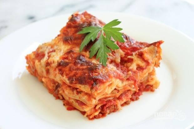 Запекайте лазанью 30-40 минут в духовке при 200 градусах. Прекрасное блюдо готово! Приятного аппетита!