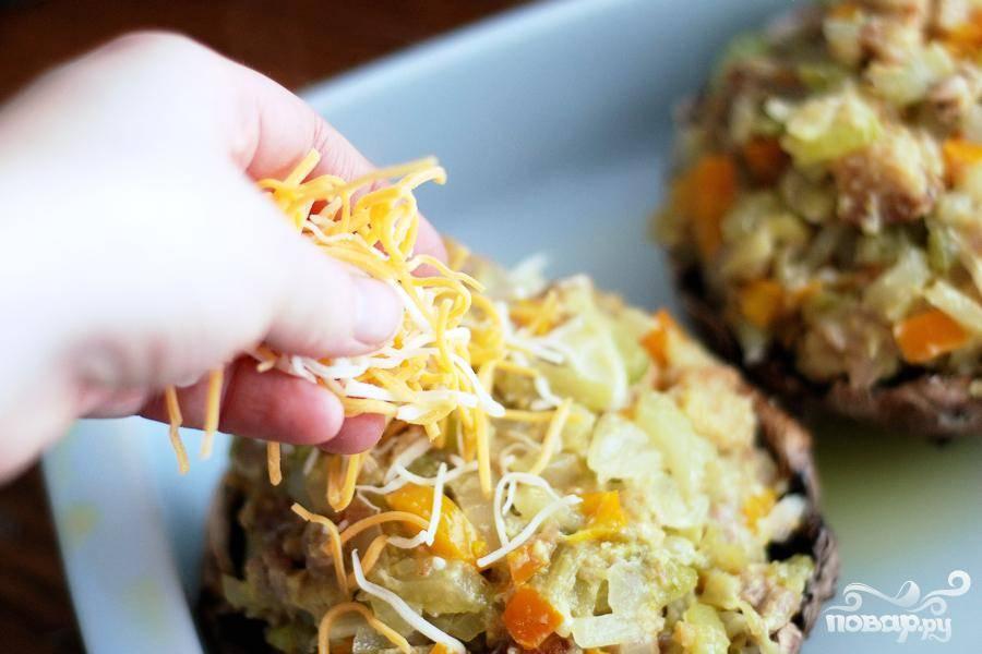 7. Выложить приготовленную овощную начинку в шляпки портобелло.  Посыпать тертым сыром сверху.