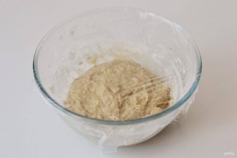 Накройте пленкой и оставьте в теплом месте, пока тесто не увеличится в два раза.