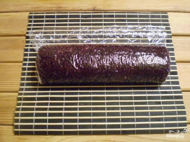 Осторожно, помогая себе циновочкой, сверните салат в рулет. Заверните в пленку, отправьте на 2 часа в холодильник, чтобы салат приобрел форму.