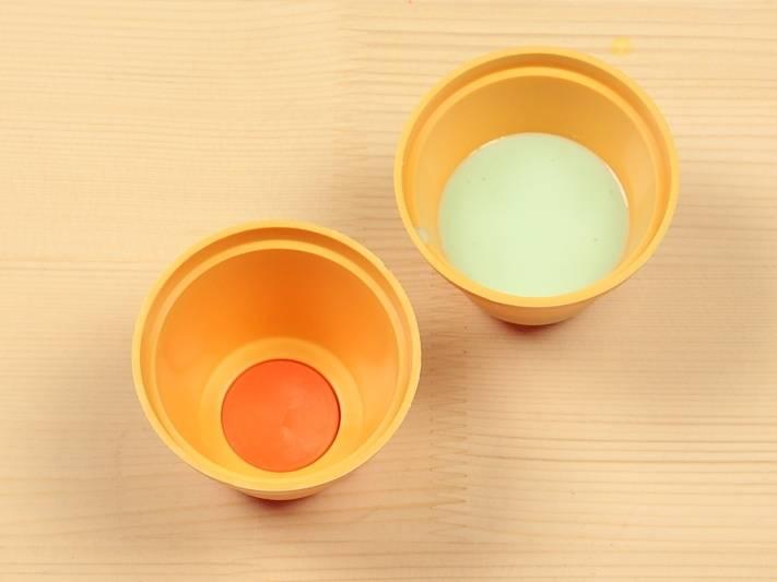 В формочки налейте сначала мятный крем и поставьте в холодильник.