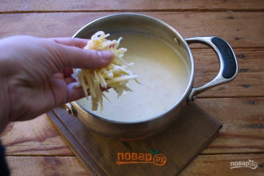 Хорошую щепотку сыра добавьте в суп и быстро перемешайте. Посолите, поперчите по вкусу сам суп.