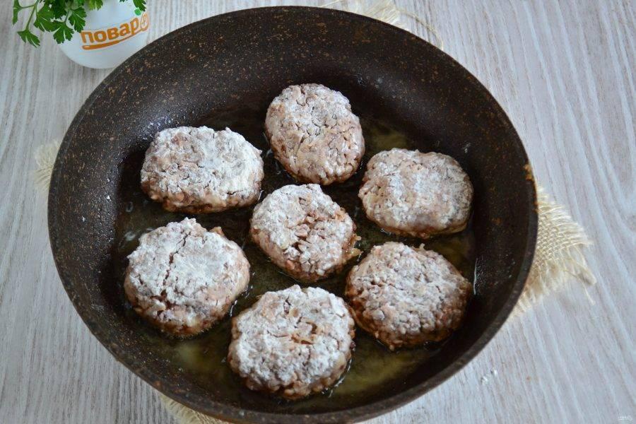 В сковороде разогрейте растительное масло и выложите котлетки. Обжарьте котлетки с двух сторон до золотистого цвета, затем добавьте в сковороду немного воды и потомите котлетки минут 5-7.