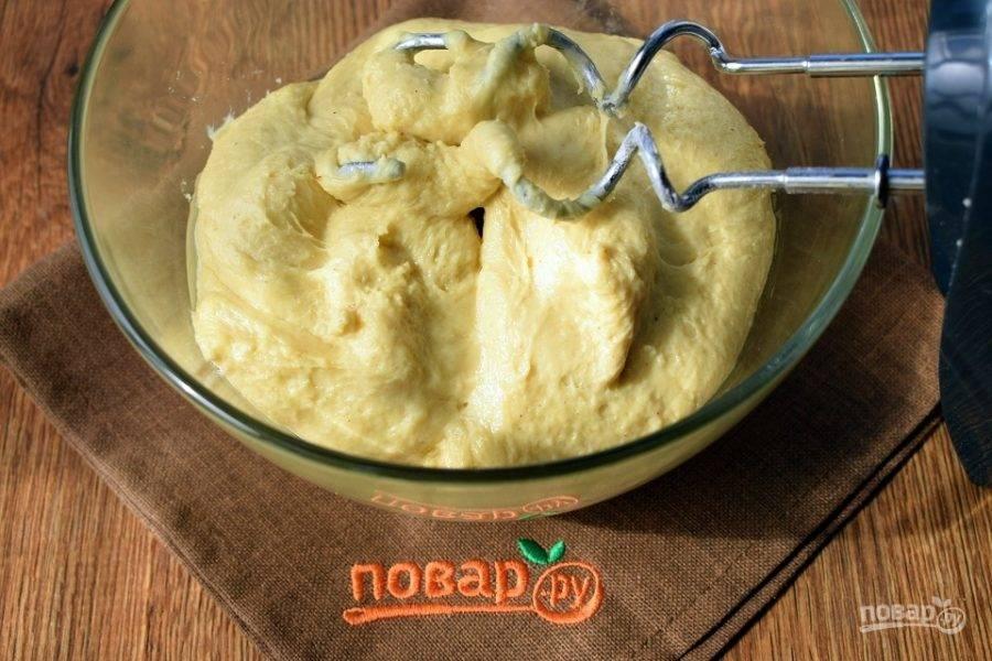 Соедините жидкую и сухую смеси в глубокой миске. Замесите тесто с помощью миксера насадками для теста. Тесто вымешивайте в течение 10 минут.