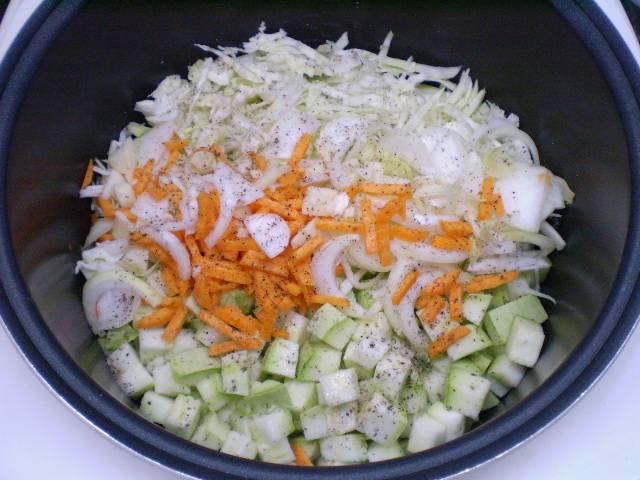 5. Складываем кабачки с овощами в мультиварку, добавляем соль и специи, томатную пасту и масло растительное. Перемешиваем. Тушим все вместе 35 минут.