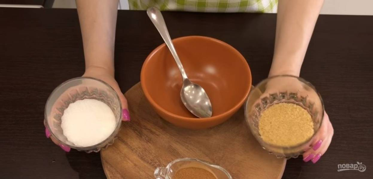 5. Снимите с огня и добавьте сливочное масло с сахаром. Разомните мак в течение 5-10 минут. Остудите мак в холодильнике. Для начинки из корицы смешайте ее с сахаром (100 г). Мак при необходимости пропустите через мелкое сито.