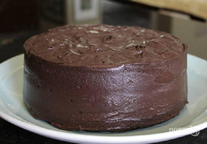 6.Промажьте стороны и бока оставшимся кремом и отправьте торт на 3-5 часов в холодильник.