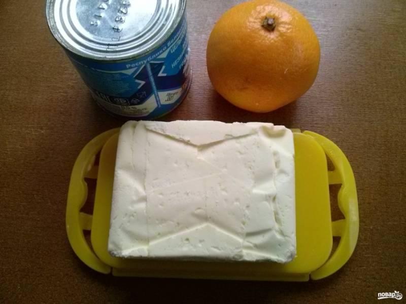 Для крема возьмите размягченное сливочное масло, сгущенку и мандарин.