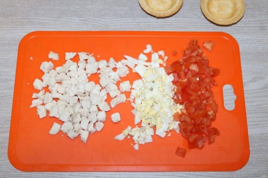 Куриное филе, яйцо, помидор нарежьте кубиками.
