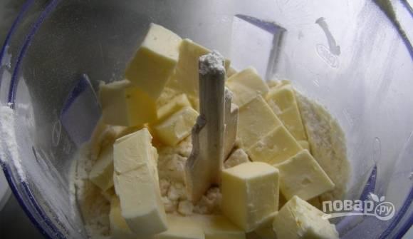 Масло кубиками перетрите с сахарной пудрой и мукой.