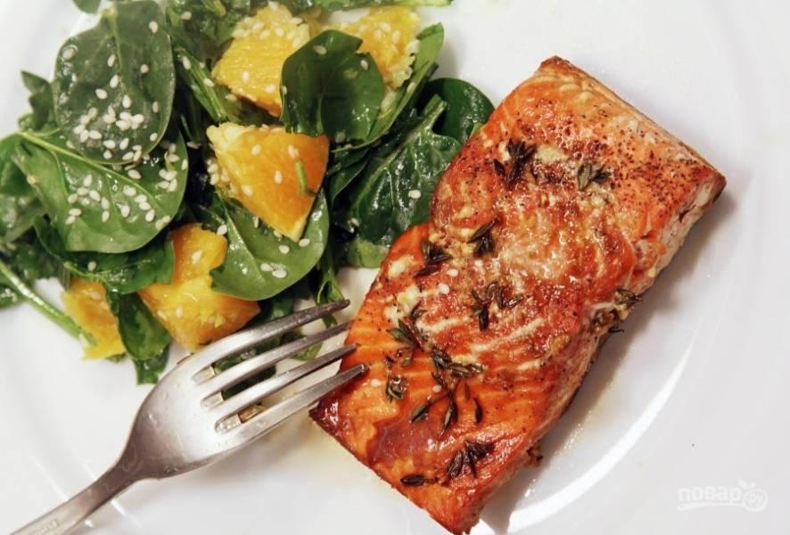 Подавайте тёплого лосося с холодным салатом. Приятного аппетита!